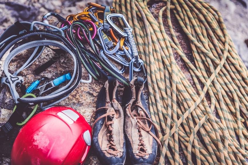 Kletterausrüstung Kaufen : Mann mit kletterausrüstung vor einem berg cinestock