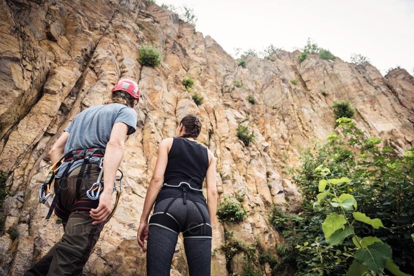 Kletterausrüstung Kaufen : Mann und frau mit kletterausrüstung cinestock